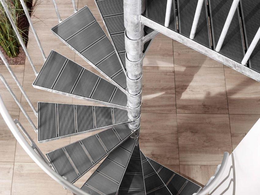 Spindeltreppe K2 als Außentreppe mit WPC Stufen