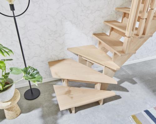Holztreppe Intercon Nizza | gewendelter Verlauf | mit Holzsäulengeländer