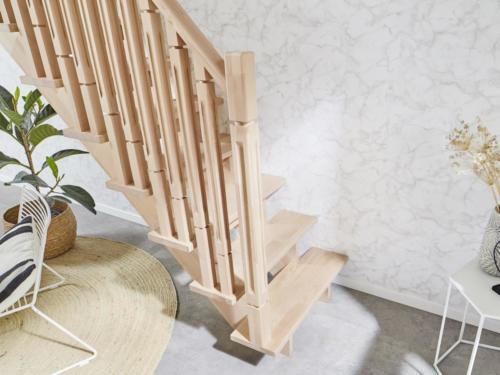 Holztreppe Intercon Nizza | gerader Verlauf | mit Holzsäulengeländer