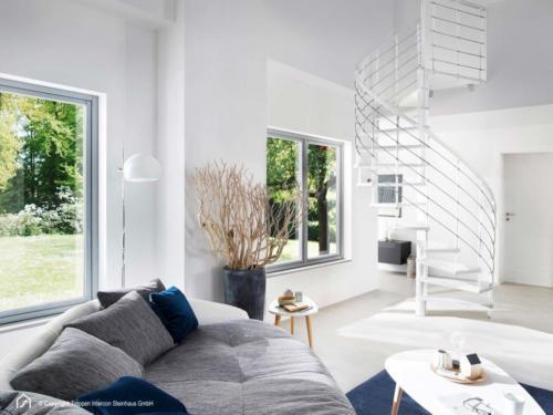 Spindeltreppe Intercon Caparo | Metallfarbe Polar-Weiß | Stufendesgin Buche weiß